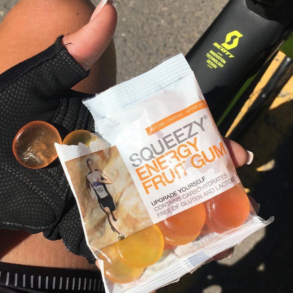 squeezy energy fruit gum kerékpáros kezében
